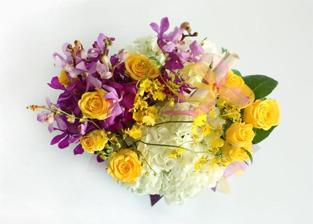 合计: 色彩絮语:玉白色的锦致绣球花旁,金枝玉叶黄玫瑰和紫色胡姬兰轻