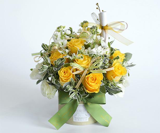 花盒保养Tips: 花盒里面是保存水份的花泥,需要透过花朵间隙给里面注入少量水分,以保持花泥湿润。通常玫瑰娇嫩,请勿直接向花瓣处喷水。 花束保养Tips: ·完美观赏:可将花束直立于桌面,每天往花束的中心点枝干部位注入少量水分,以保持花束底部花泥板的充足水分。 ·散漫自在:可拆开包装,将花束根据自己的喜好调整后放进适合的花器里。勤换水并修剪鲜花枝杆底部(以斜剪45度角为宜),保证花枝浸润在水中。 ·通常玫瑰娇嫩,请勿直接向花瓣处喷水。 特别说明: ·